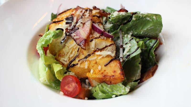 Une salade de César savoureuse à un café photographie stock libre de droits