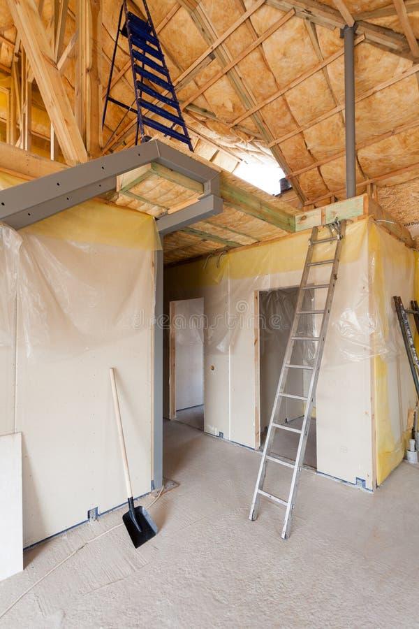 Une salle à l'nouvellement construit à la maison est pulvérisée avec la mousse isolante de liquide image libre de droits