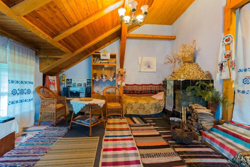Une salle avec un plafond en bois avec les objets historiques de la vie quotidienne Voies tissées avec des meubles de couvertures images stock