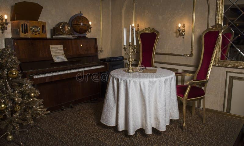 Une salle dans un rétro style images stock