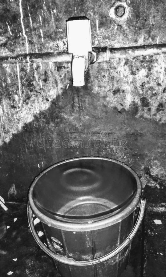 Une salle de bains typique de l'Inde avec le baquet rempli avec de l'eau photos stock