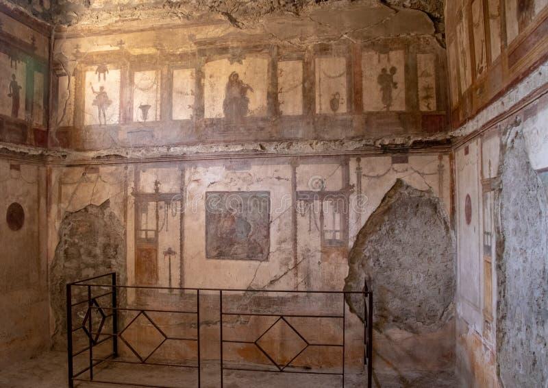 Une salle intérieure parmi les ruines de Pompeii photos stock