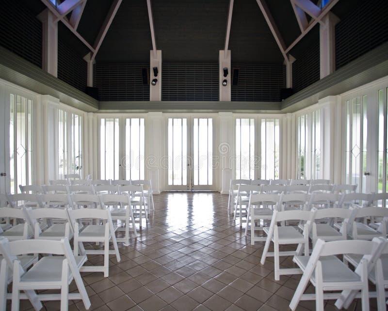 Une salle naturellement allumée vide avant une cérémonie de mariage photographie stock
