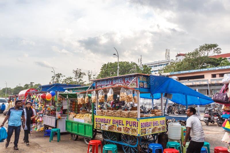 Une scène à une boutique de puri de bhel ou stalle à la plage de marina avec le ciel foncé à l'arrière-plan, Chennai, Inde le 19  photo stock