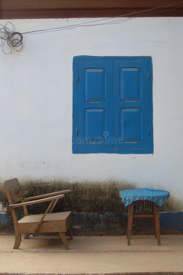 Scène rustique avec les volets bleus image libre de droits