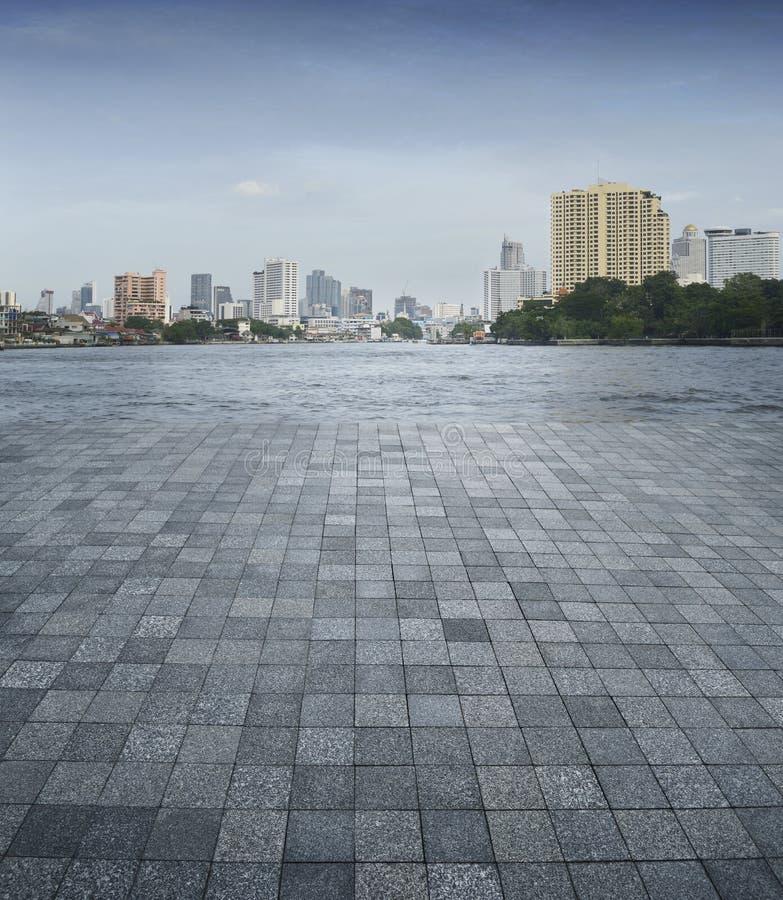 Une scène vide d'un plancher de tuiles et d'une ville en pierre de Bangkok photos libres de droits