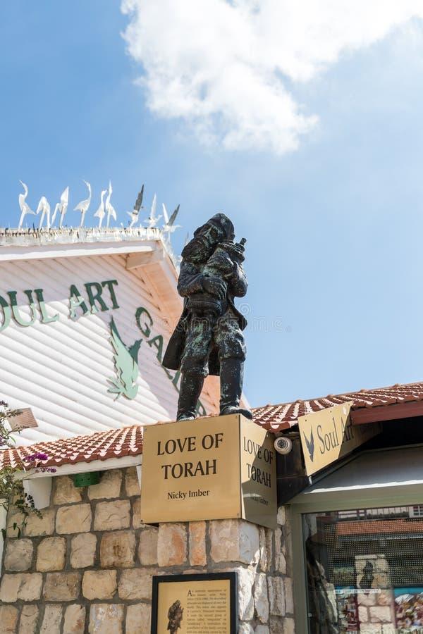 Une sculpture a appelé Love de Torah s'est exécutée par le sculpteur Nicky Imber se tenant dans le quart d'artistes image libre de droits