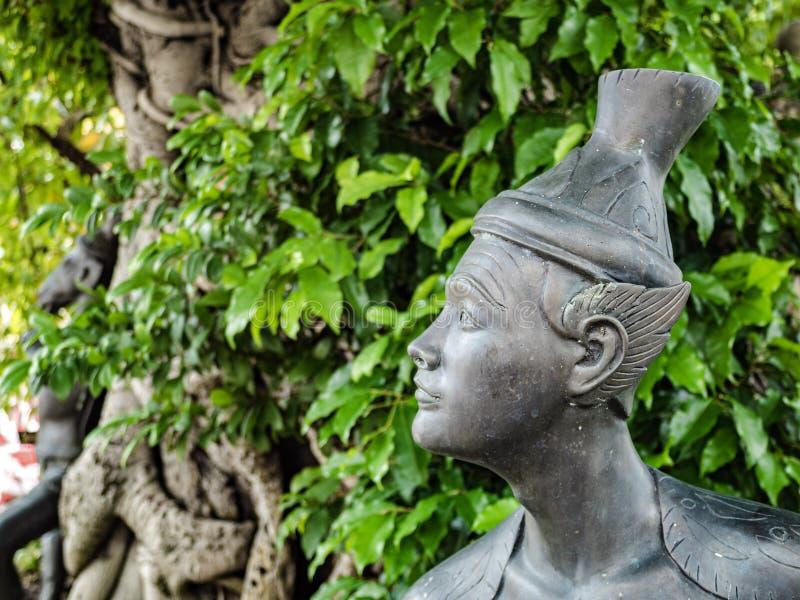 Une sculpture d'anchoret posant la position de massage en Wat Pho images stock