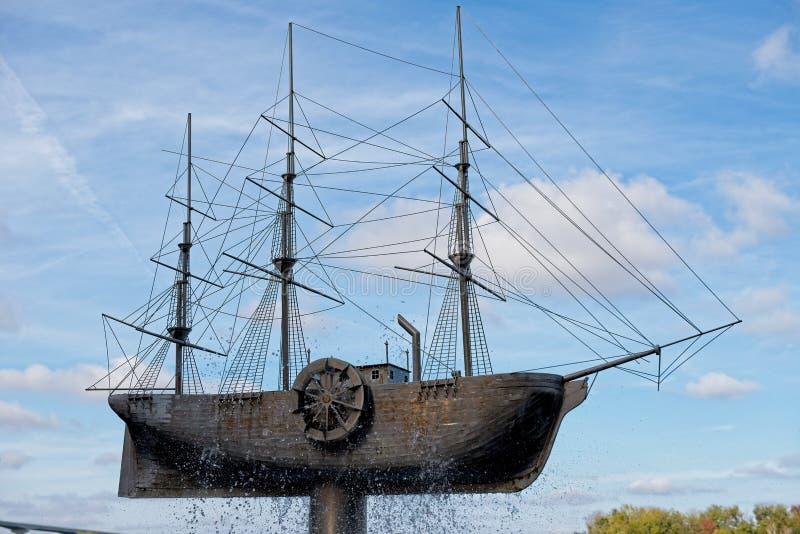 Une sculpture en bronze grande en bateau située le long de la façade d'une rivière dans la savane, la Géorgie photographie stock libre de droits