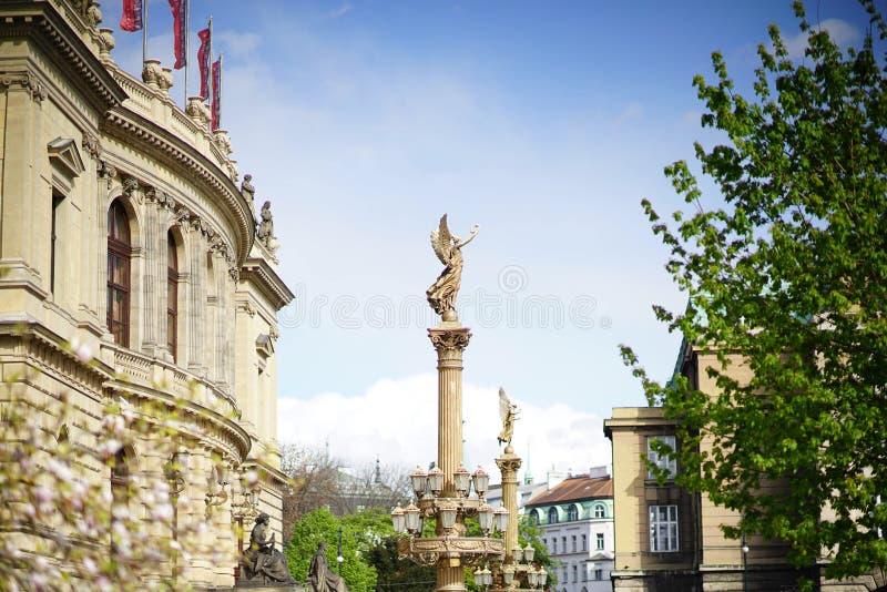 Une sculpture en déesse devant le théâtre de variétés images stock