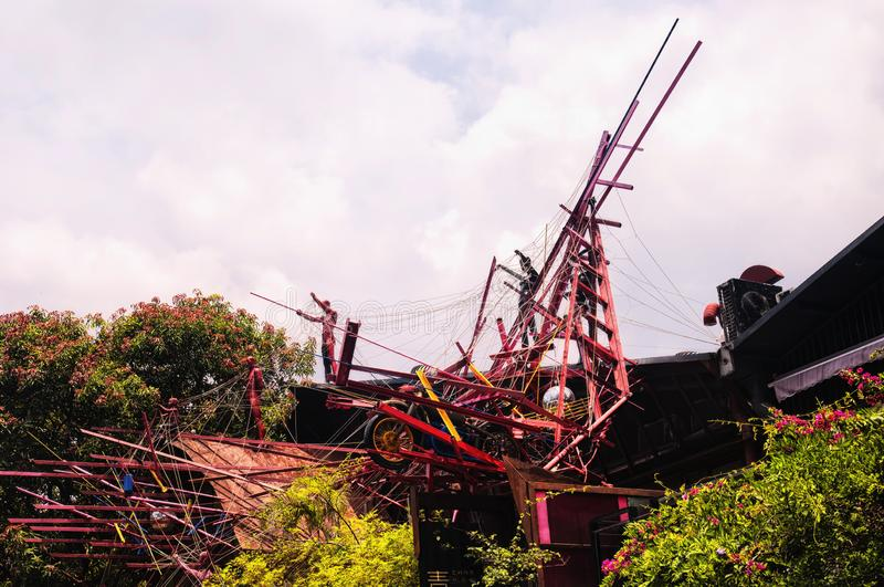 Une sculpture et un affichage en art moderne au-dessus arbre au grenier dans la ville de Shenzhen Chine un jour ensoleillé dans d images stock