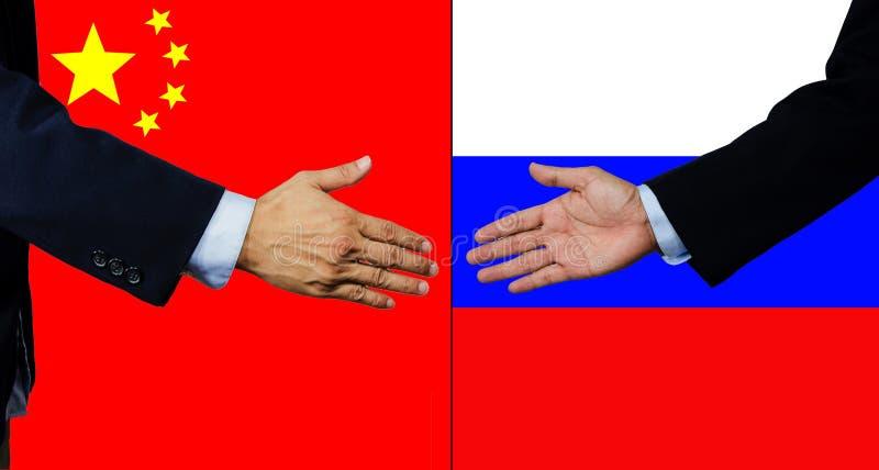 Une secousse d'homme d'affaires main, la Chine et la Russie photo libre de droits