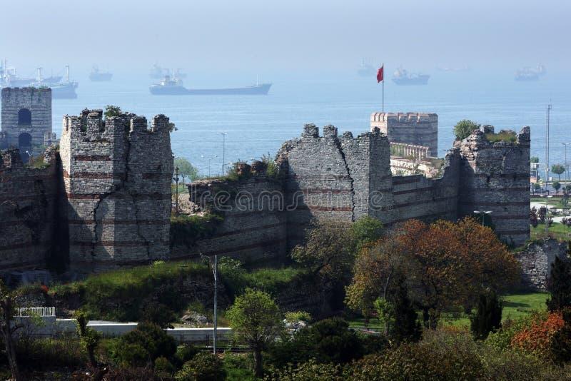 Une section des grands murs et tours de ville construits pendant le fin du 4ème siècle AVANT JÉSUS CHRIST autour d'Istanbul en Tu photo libre de droits