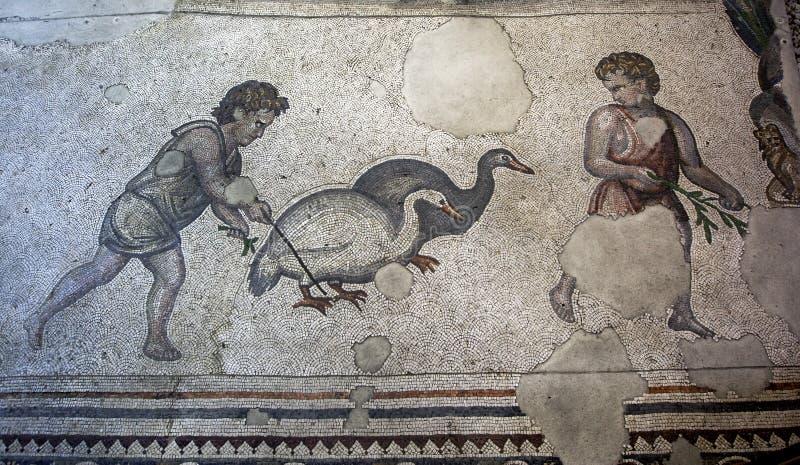 Une section des mosaïques de la grande mosaïque de palais au musée de mosaïque d'Istanbul en Turquie photos stock