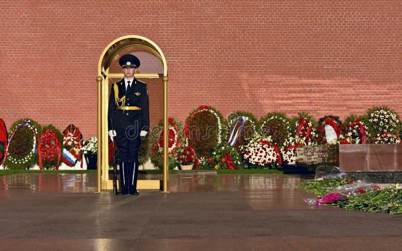 Une sentinelle à côté du mur de Kremlin image stock