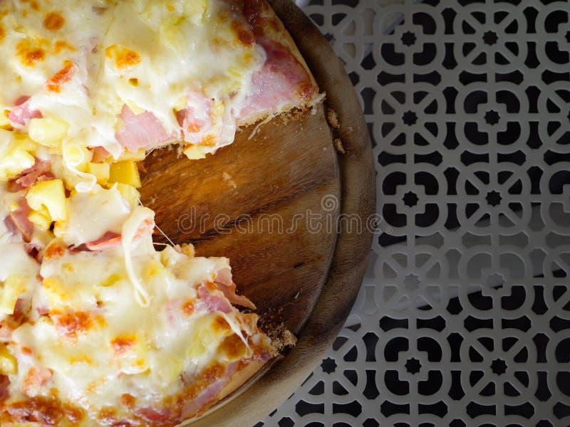 Une seule pi?ce de plat absent de forme de pizza photo stock