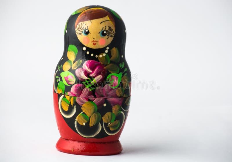 Une seule poupée de Matryoshka à l'arrière-plan blanc image libre de droits