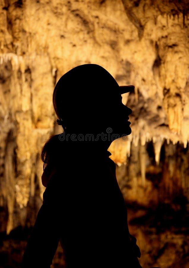 Une silhouette d'une fille en cavernes photographie stock libre de droits