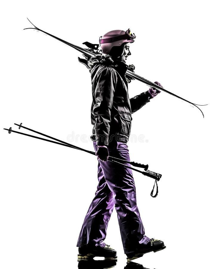 Une silhouette de marche de skieur de femme photo stock
