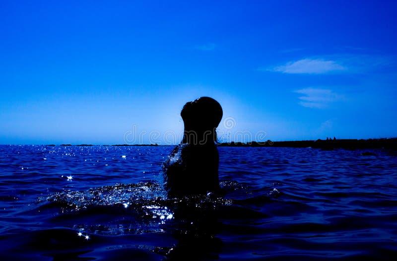 Une sirène émerge de la mer et du x28 ; 25& x29 ; photo stock