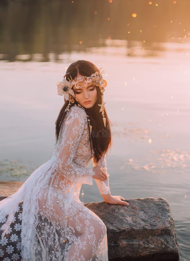 Une sirène seule, se reposant sur une roche au milieu de la rivière, qui a été serrée par un brouillard épais et impénétrable sur photos stock