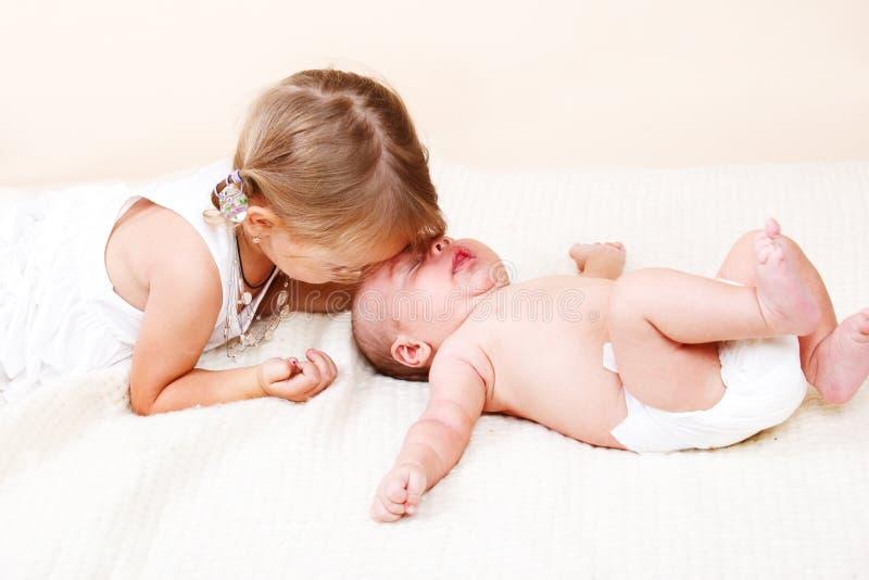 Une soeur plus âgée et un frère nouveau-né images stock