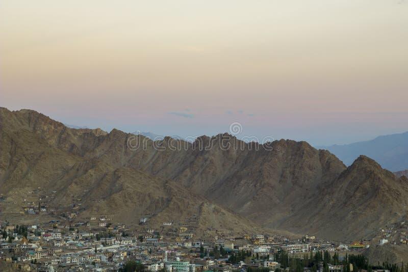 Une soirée au-dessus de la ville dans une vallée abandonnée de montagne images libres de droits