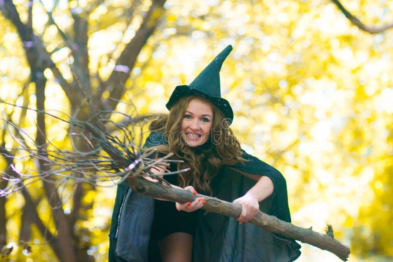 une sorcière sur un manche à balai parmi images libres de droits