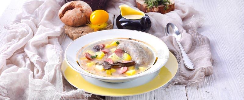 Une soupe polonaise à Pâques avec la saucisse et les champignons blancs faits maison images stock