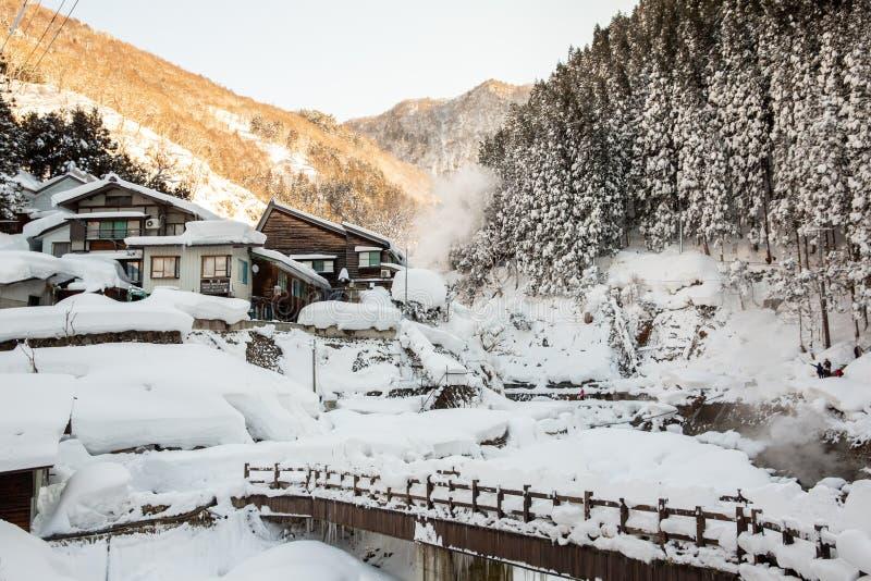 Une source thermale de vallée célèbre couverte dans la neige chez Yamanouchi dans le Naga photos stock