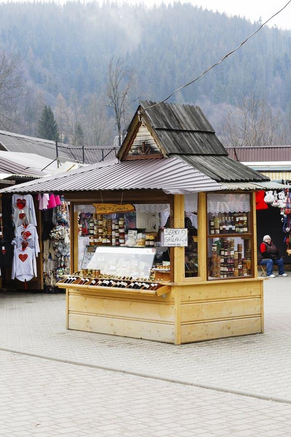 Une stalle avec les produits alimentaires régionaux dans Zakopane images libres de droits