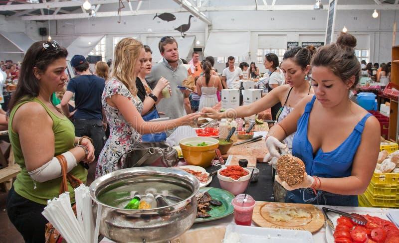 Une stalle de nourriture sur le marché de Woodstock, Capetown image stock