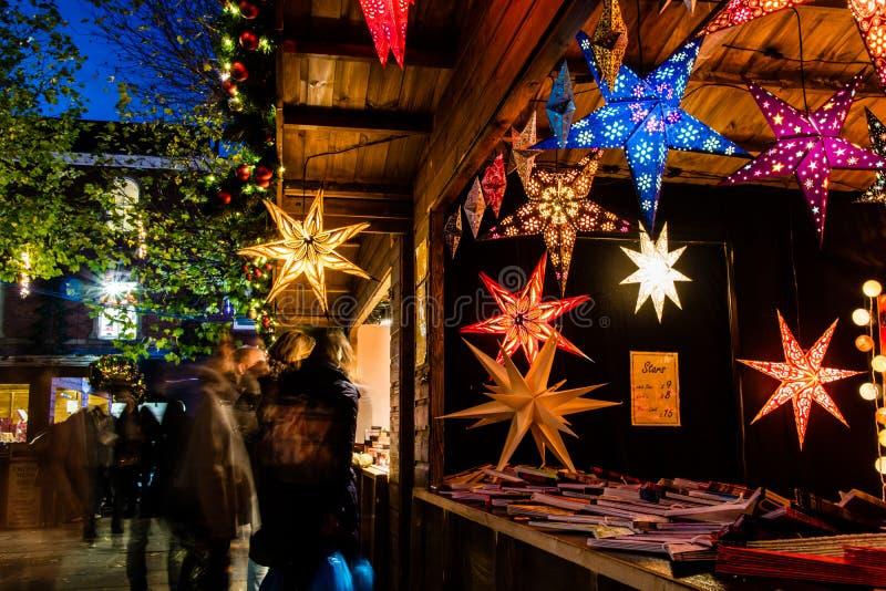 Une stalle du marché de Noël photographie stock libre de droits