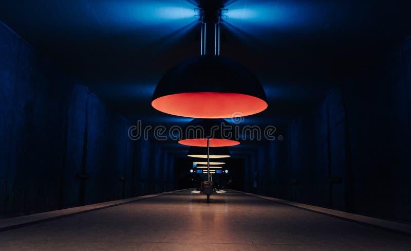 Une station de métro à Munich avec les lumières stupéfiantes image stock