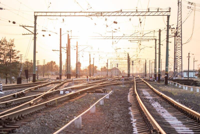 Une station ou un terminal de tri ferroviaire vide avec un bon nombre de jonction, carrefours, sémaphore montrant le feu rouge ou photographie stock libre de droits