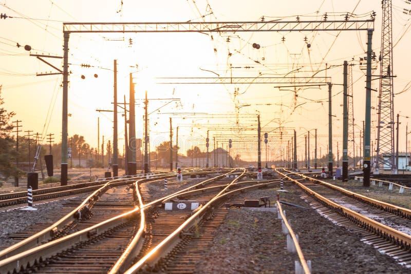 Une station ou un terminal de tri ferroviaire vide avec un bon nombre de jonction, carrefours, sémaphore montrant le feu rouge ou images libres de droits