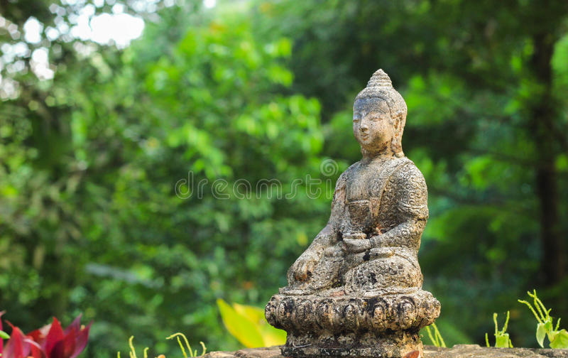 Une statue antique de bhuddha photos libres de droits