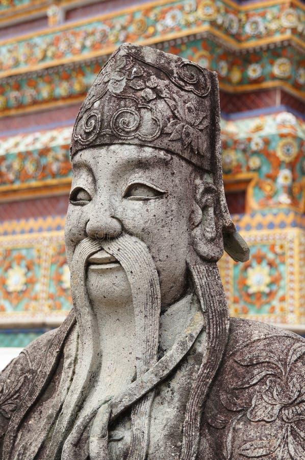 Une statue chinoise dans la cour du temple bouddhiste de Wat images stock