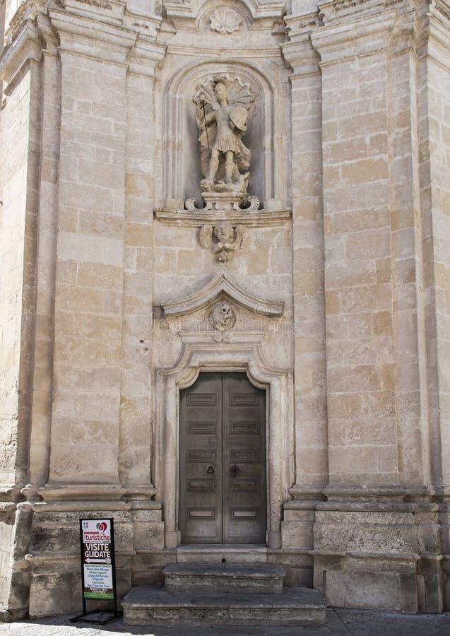 Une statue d'Arkhangel Michael dans le créneau droit de l'avant de l'église du purgatoire à Matera, Italie photographie stock libre de droits