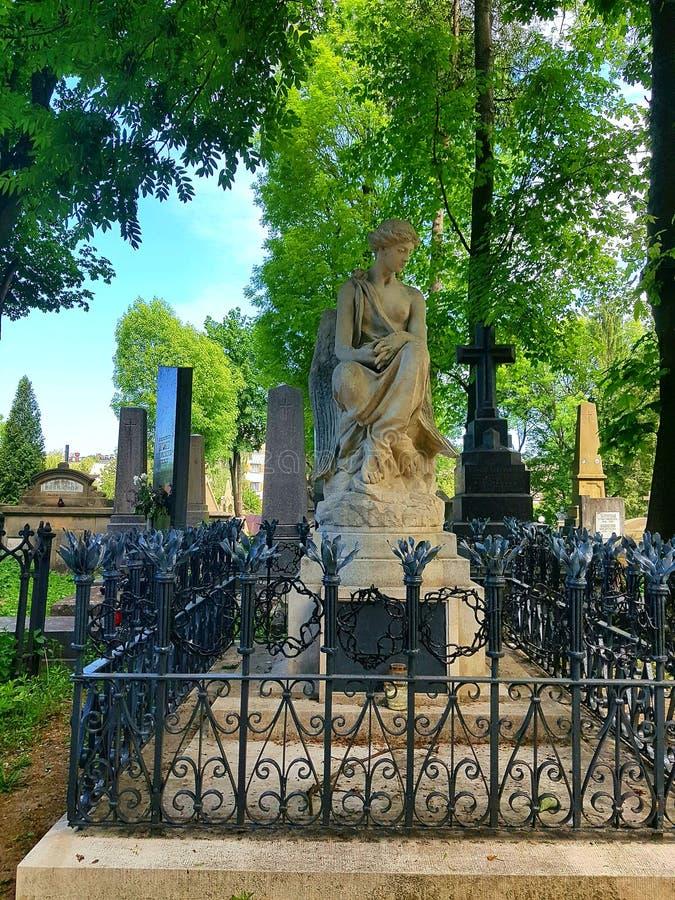 Une statue d'une femme de pierre légère avec un sein nu avec des ailes photographie stock