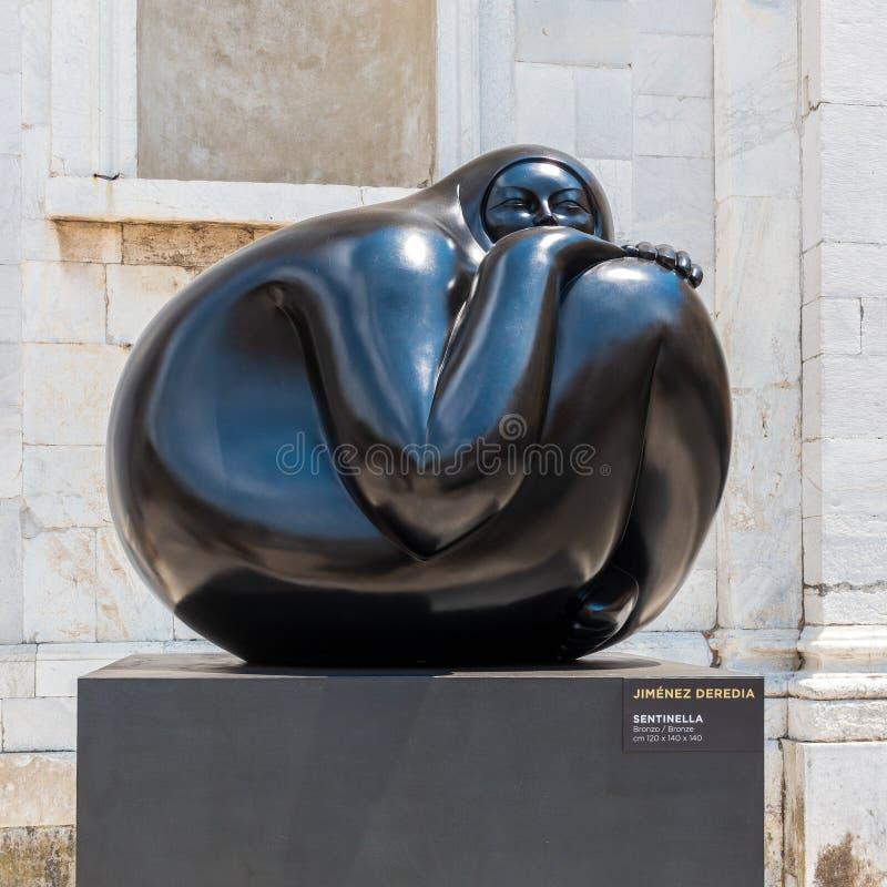 Une statue d'une femme par Jorge Jiménez Deredia sur l'affichage à Lucques, Italie images stock