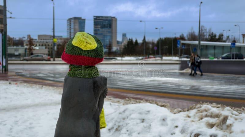 Une statue d'une fille utilisant un chapeau vert et rouge jaune image stock