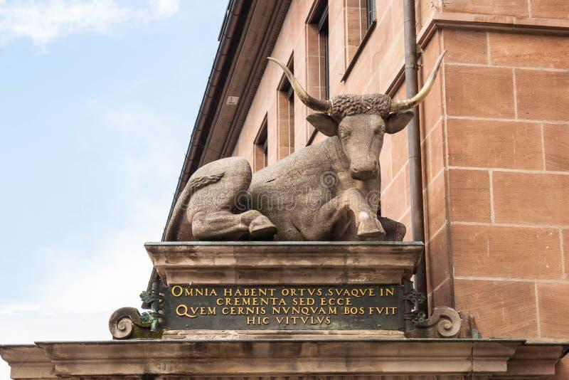 Une statue d'un boeuf sur l'Ochsenportal et le x28 ; Portal& x29 de boeuf ; sur le Fleisc images libres de droits