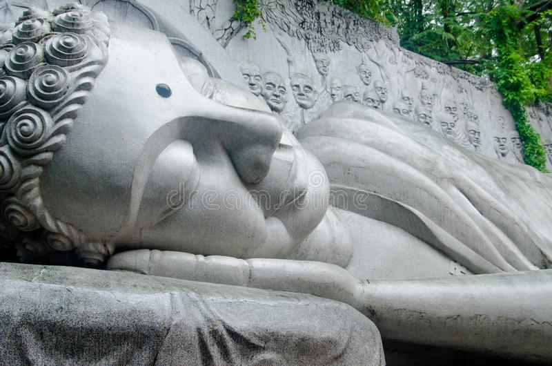 Une statue d'un Bouddha étendu images stock