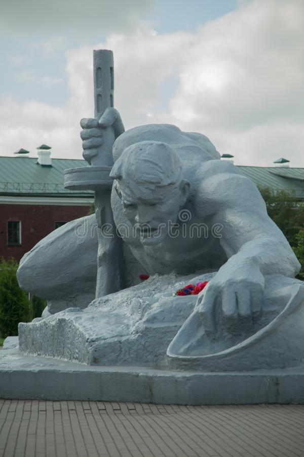 Une statue d'un soldat rampant au-dessus de l'eau brest photographie stock libre de droits