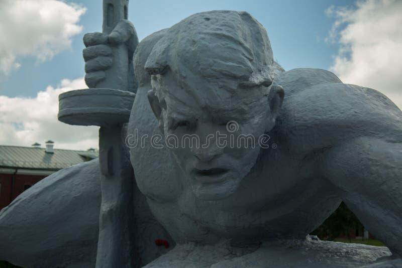 Une statue d'un soldat rampant au-dessus de l'eau brest images stock
