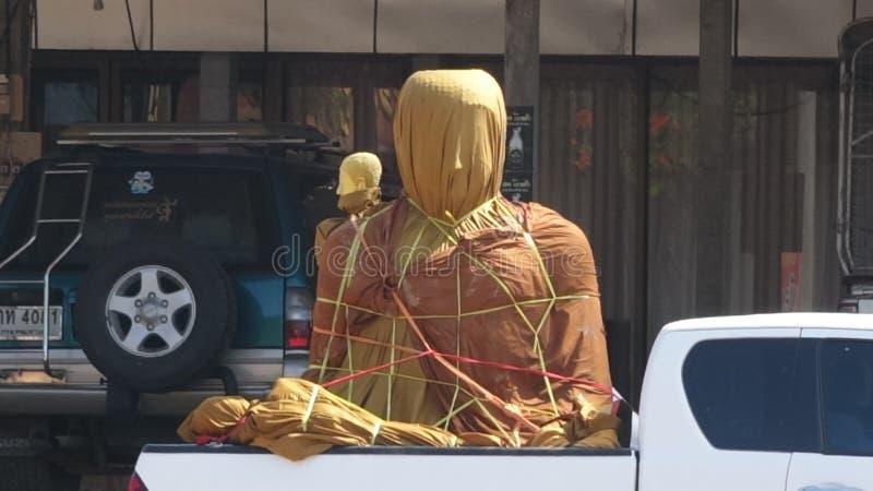 Une statue de Bouddha se repose enveloppé pour la protection derrière une collecte, préparent pour la livraison images libres de droits