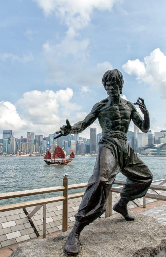 Une statue de Bruce Lee dans un 'prêt à frapper' la pose Le wa de statue images stock