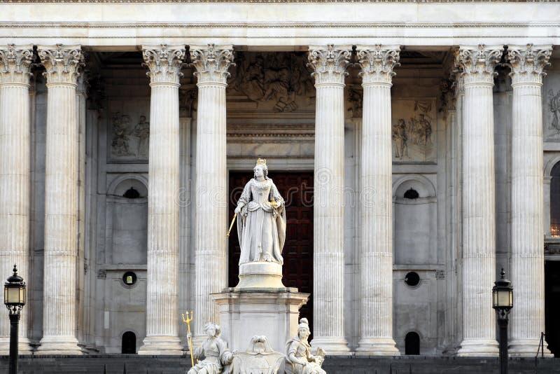 Une statue de la Reine Anne est installée dans l'avant-cour en dehors de l'avant occidental de la cathédrale de St Paul, Londres, photographie stock libre de droits
