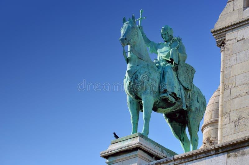 Une statue devant la basilique du coeur sacré de Paris photos stock